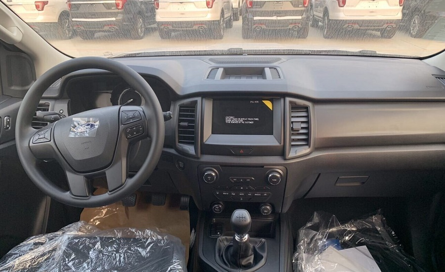 Nội Thất xe Ford Everest Ambiente MT mầu trắng 2021
