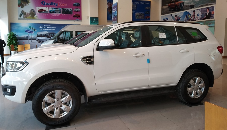 Ford Everest Ambiente AT màu trắng Tại Mua Bán Xe Ford