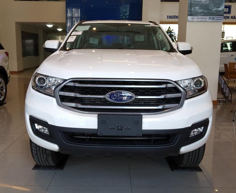 Đuôi xe Ford Everest Ambiente AT màu trắng 2021