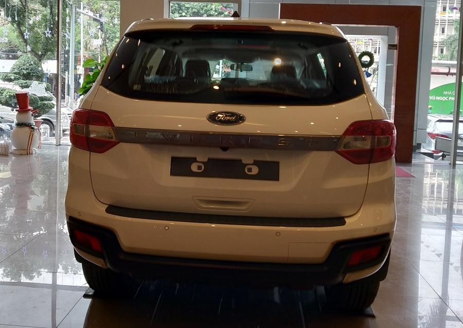 Đuôi xe Ford Everest Ambiente AT màu trắng Tại Mua Bán Xe Ford